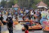 Pengunjung menikmati suasana liburan di pantai Karangsong, Indramayu, Jawa Barat, Jumat (14/5/2021). Obyek wisata pantai Karangsong ramai dikunjungi warga pada hari kedua Lebaran meskipun ada larangan membuka tempat wisata oleh Pemda setempat. ANTARA JABAR/Dedhez Anggara/agr