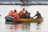 Sejumlah relawan mengevakuasi korban tenggelamnya perahu rombongan wisata di Waduk Kedung Ombo, Wonoharjo, Kemusu, Boyolali, Jawa Tengah, Sabtu (15/5/2021). Sebanyak 20 penumpang perahu rombongan wisata air mengalami kecelakaan di waduk tersebut. Hingga Sabtu (15/5) pukul 19.00 WIB, enam dari sembilan korban tenggelam ditemukan dalam kondisi meninggal dunia dan 11 penumpang selamat. ANTARA FOTO/Aloysius Jarot Nugroho/nym.