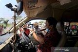 Petugas Kepolisian Polresta Cirebon memeriksa kelengkapan surat milik pengendara yang melintas di jalur Pantura Susukan, Kabupaten, Cirebon, Jawa Barat, Sabtu (15/5/2021). Pemeriksaan kelengkapan dokumen tersebut untuk memastikan kendaraan dengan plat nomor di luar Cirebon yang akan menuju Jakarta sudah dilengkapi dengan surat keterangan bebas COVID-19. ANTARA JABAR/Dedhez Anggara/agr