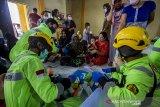 Petugas kesehatan dari emergency response team PT. Putra Perkasa Abadi memberikan pelayanan kesehatan kepada warga korban banjir yang mengungsi di Gedung Majelis Ta'Lim Desa Sungai Danau, Kabupaten Tanah Bumbu, Kalimantan Selatan, Sabtu (15/5/2021). Petugas medis di Posko Kesehatan mencatat pengungsi yang memeriksakan diri sebagian besar mengeluhkan pusing dan diare akibat banjir. Foto Antaranews Kalsel/Bayu Pratama S.