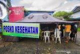Sejumlah warga korban banjir antre saat pemeriksaan kesehatan di Posko Kesehatan Desa Sungai Danau, Kabupaten Tanah Bumbu, Kalimantan Selatan, Sabtu (15/5/2021). Petugas medis di Posko Kesehatan mencatat pengungsi yang memeriksakan diri sebagian besar mengeluhkan pusing dan diare akibat banjir. Foto Antaranews Kalsel/Bayu Pratama S.