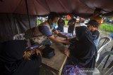 Petugas medis memeriksa kesehatan pengungsi korban banjir di Posko Kesehatan, Desa Sungai Danau, Kabupaten Tanah Bumbu, Kalimantan Selatan, Sabtu (15/5/2021). Petugas medis di Posko Kesehatan mencatat pengungsi yang memeriksakan diri sebagian besar mengeluhkan pusing dan diare akibat banjir. Foto Antaranews Kalsel/Bayu Pratama S.