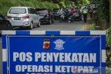 Petugas gabungan memutar balik pengendara saat penyekatan pelarangan mudik dan jalur wisata di Cikole, Kabupaten Bandung Barat, Jawa Barat, Sabtu (15/5/2021). Penyekatan di jalur tersebut terus diperketat guna menerapkan pelarangan mudik 6-17 Mei 2021 serta mengantispasi kerumunan di lokasi wisata Bandung Raya dan Subang. ANTARA JABAR/Novrian Arbi/agr