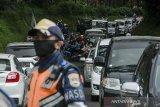 Petugas gabungan melakukan pemeriksaan ke pengendara saat penyekatan pelarangan mudik dan jalur wisata di Cikole, Kabupaten Bandung Barat, Jawa Barat, Sabtu (15/5/2021). Penyekatan di jalur tersebut terus diperketat guna menerapkan pelarangan mudik 6-17 Mei 2021 serta mengantispasi kerumunan di lokasi wisata Bandung Raya dan Subang. ANTARA JABAR/Novrian Arbi/agr