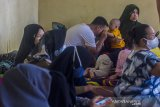 Sejumlah warga korban banjir berada di Posko Pengungsian korban banjir di Gedung Majelis Ta'lim Desa Sungai Danau, Kabupaten Tanah Bumbu, Kalimantan Selatan, Sabtu (15/5/2021). BPBD Kabupaten Tanah Bumbu pada Jumat (14/5/2021) mencatat sebanyak 5.308 jiwa terdampak banjir dan 207 jiwa mengungsi akibat banjir yang melanda enam Desa di Kabupaten Tanah Bumbu. Foto Antaranews Kalsel/Bayu Pratama S.