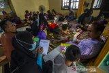 Seorang petugas mendata warga korban banjir berada di Posko Pengungsian korban banjir di Gedung Majelis Ta'lim Desa Sungai Danau, Kabupaten Tanah Bumbu, Kalimantan Selatan, Sabtu (15/5/2021). BPBD Kabupaten Tanah Bumbu pada Jumat (14/5/2021) mencatat sebanyak 5.308 jiwa terdampak banjir dan 207 jiwa mengungsi akibat banjir yang melanda enam Desa di Kabupaten Tanah Bumbu. Foto Antaranews Kalsel/Bayu Pratama S.
