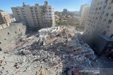 Gedung Al-Jalaa yang menampung kantor media Associated Press (AP) dan Al Jazeera runtuh pasca serangan udara Israel di Kota Gaza, Sabtu (15/5/2021). ANTARA FOTO/REUTERS/Mohammed Salem/rwa.