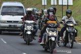 Sejumlah pemudik melintas di Jalur Selatan Pos penyekatan leter U Gentong, Kabupaten Tasikmalaya, Jawa Barat, Minggu (16/5/2021). Arus balik H+3 Lebaran dari arah Jawa Tengah menuju Bandung dan Jakarta terpantau lancar dan didominasi pemudik kendaraan bermotor. ANTARA JABAR/Adeng Bustomi/agr
