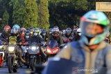 Sejumlah kendaraan memadati jalur Pantura Widasari, Indramayu, Jawa Barat, Minggu (16/5/2021). Memasuki H+3 Lebaran, Arus balik di jalur Pantura yang didominasi kendaraan roda dua terpantau ramai lancar. ANTARA JABAR/Dedhez Anggara/agr