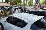 Sejumlah orang mengunjungi Bursa Mobil Madiun di Retno Dumilah Park Kota Madiun, Jawa Timur, Sabtu (15/5/2021). Bursa Mobil Madiun tersebut mampu menampung 105 pedagang, sejumlah UMKM, lembaga pembiayaan, bengkel, biro jasa dan mediator di wilayah Madiun dan sekitarnya yang diharapkan mampu menggerakkan enomomi masyarakat di bidang otomotif. Antara Jatim/Siswowidodo/zk