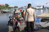 Tiga kapal pembawa banyak penumpang dari daerah diminta putar haluan