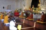 Umat Buddha mengikuti rangkaian upacara Pattidana di Vihara Buddha Sakyamuni, Denpasar, Bali, Minggu (16/5/2021). Upacara Pattidana atau pelimpahan jasa untuk mendoakan arwah leluhur agar mendapatkan kebaikan dan kedamaian di alamnya yang juga merupakan salah satu ritual untuk menyambut Hari Raya Waisak tersebut dilaksanakan dengan menerapkan protokol kesehatan secara ketat untuk mencegah penyebaran COVID-19 dan hanya diikuti secara langsung oleh pengurus vihara. ANTARA FOTO/Fikri Yusuf/nym.