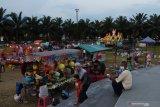 Warga menikmati suasana petang di kawasan alun-alun saat liburan Idul Fitri di Kota Madiun, Jawa Timur, Jumat (14/5/2021). Alun-alun tersebut dibuka selama lebaran hingga Minggu (16/5) untuk kegiatan pasar malam guna memberikan kesempatan pelaku usaha beraktivitas dan tempat berlibur  bagi warga selama lebaran. Antara Jatim/Siswowidodo/zk