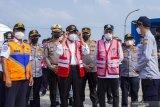 Menko PMK Muhadjir Effendy (ketiga kiri) bersama Menteri Perhubungan Budi Karya Sumadi (ketiga kanan) didampingi Dirjen Perhubungan Darat Budi Setiyadi (kiri) saat tiba untuk melakukan kunjungan kerja di Unit Pelaksana Pengujian Kendaraan Bermotor (UPPKB) Balonggandu, Karawang, Jawa Barat, Minggu (16/5/2021). Kunjungan kerja tersebut untuk meninjau pos layanan Swab Antigen COVID-19 pemudik di masa pelarangan transportasi mudik seiring masa peniadaan mudik akan berakhir. ANTARA JABAR/M Ibnu Chazar/agr