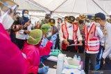 Menko PMK Muhadjir Effendy (ketiga kanan) bersama Menteri Perhubungan Budi Karya Sumadi (kedua kanan) berbincang dengan petugas kesehatan saat melakukan kunjungan kerja di Unit Pelaksana Pengujian Kendaraan Bermotor (UPPKB) Balonggandu, Karawang, Jawa Barat, Minggu (16/5/2021). Kunjungan kerja tersebut untuk meninjau pos layanan Swab Antigen COVID-19 pemudik di masa pelarangan transportasi mudik seiring masa peniadaan mudik akan berakhir. ANTARA JABAR/M Ibnu Chazar/agr