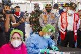 Menko PMK Muhadjir Effendy (kanan) meninjau pos layanan kesehatan saat melakukan kunjungan kerja di Unit Pelaksana Pengujian Kendaraan Bermotor (UPPKB) Balonggandu, Karawang, Jawa Barat, Minggu (16/5/2021). Kunjungan kerja tersebut untuk meninjau pos layanan Swab Antigen COVID-19 pemudik di masa pelarangan transportasi mudik seiring masa peniadaan mudik akan berakhir. ANTARA JABAR/M Ibnu Chazar/agr