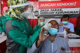 Petugas kesehatan melakukan tes cepat antigen (rapid test antigen) kepada pemudik saat penyekatan larangan mudik Lebaran 2021 di akses keluar Jembatan Suramadu, Surabaya, Jawa Timur, Sabtu (15/5/2021). Sejumlah pemudik dari Madura menuju Surabaya yang terjaring dalam penyekatan tersebut dilakukan tes cepat antigen (rapid test antigen) sebagai upaya pencegahan penularan COVID-19. Antara Jatim/Didik Suhartono/zk