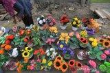 Kerajinan bunga dari kantong plastik bekas di Palu