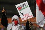 Warga melakukan Aksi Bela Palestina di Surabaya, Jawa Timur, Senin (17/5/2021). Aksi itu mengecam tindakan agresi militer Israel ke Palestina. Antara Jatim/Didik Suhartono/zk