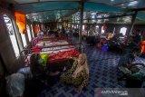 Sejumlah warga berada di dalam kapal motor Pancar Mas II Banjarmasin-Kalteng di Dermaga Banjar Raya, Banjarmasin, Kalimantan Selatan, Senin (17/5/2021). Menurut pihak pengelola kapal motor, arus balik dari Banjarmasin menuju sejumlah daerah pelosok di Kalsel-Kalteng melalui jalur sungai mulai meningkat setelah dibukanya dermaga penyeberangan pascapenutupan selama enam hari saat Lebaran. Foto Antaranews Kalsel/Bayu Pratama S.