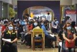 Pekerja pusat perbelanjaan mengantre sebelum menjalani vaksinasi COVID-19 di Level 21 Mall, Denpasar, Bali, Senin (17/5/2021). Vaksinasi kepada 1.400 orang dengan sasaran prioritas pelaku usaha pusat perbelanjaan itu dilakukan untuk mempercepat progam vaksinasi COVID-19 sekaligus sebagai upaya untuk menjamin kenyamanan dan keamanan kegiatan perdagangan di berbagai pusat perbelanjaan di Bali. ANTARA FOTO/Fikri Yusuf/nym.