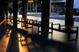 Petugas berjalan pada hari terakhir pemberlakuan larangan mudik Hari Raya Idul Fitri 1442 H di area Terminal Domestik Bandara Internasional I Gusti Ngurah Rai di Badung, Bali, Senin (17/5/2021). Sejak mulai diberlakukannya larangan mudik pada 6 Mei lalu, hingga Minggu (16/5) kemarin Bandara Ngurah Rai melayani total 11.872 orang penumpang dan telah menolak 30 orang calon penumpang yang tidak memenuhi persyaratan untuk melakukan perjalanan selama masa larangan mudik. ANTARA FOTO/Fikri Yusuf/nym.