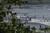 Sejumlah wisatawan bermain air di pesisir pantai Pangandaran, Jawa Barat, Senin (17/5/2021). Pemerintah Provinsi Jabar dan Pemerintah Kabupaten Pangandaran menutup seluruh objek wisata di Pangandaran untuk mengendalikan kunjungan wisatawan saat libur Lebaran guna mencegah penularan COVID-19. ANTARA JABAR/Adeng Bustomi/agr
