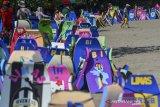 Sejumlah jasa sewa papan selancar sepi penyewa di pesisir pantai Pangandaran, Jawa Barat, Senin (17/5/2021). Pemerintah Provinsi Jabar dan Pemerintah Kabupaten Pangandaran menutup seluruh objek wisata di Pangandaran untuk mengendalikan kunjungan wisatawan saat libur Lebaran guna mencegah penularan COVID-19. ANTARA JABAR/Adeng Bustomi/agr