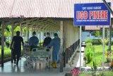 PENINGKATAN KASUS COVID-19 DI ACEH. Tenaga medis membawa seorang pasien saat tiba di ruangan perawatan COVID-19 UGD Pinere Rumah Sakit Umum Daerah Aceh, Banda Aceh, Aceh, Senin (17/5/2021). Satgas Penanganan COVID-19 Provinsi Aceh terus meningkatkan penerapan protokol kesehatan COVID-19 dan termasuk pengetatan mobilisasi arus balik pasca lebaran Idul Fitri 1442 Hijriyah dalam upaya  menekan  lonjakan kasus COVID-19 yang hingga per 16 Mei 2021 secara akumulatif bertambah mencapai 12.249 orang, sebanyak 10.309 di antaranya sembuh, pasien dalam perawatan sebanyak 1.446 orang dan meninggal dunia 494 orang. ANTARA FOTO/Ampelsa.