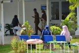 PENINGKATAN KASUS COVID-19 DI ACEH. Tiga warga duduk di kursi menjalani terapi berjemur dengan sinar matahari di ruangan terbuka perawatan pasien COVID-19 UGD Pinere Rumah Sakit Umum Zainal Abidin Daerah Aceh, Banda Aceh, Aceh, Senin (17/5/2021). Satgas Penanganan COVID-19 Provinsi Aceh terus meningkatkan penerapan protokol kesehatan COVID-19 dan termasuk pengetatan mobilisasi arus balik pasca lebaran Idul Fitri 1442 Hijriyah dalam upaya  menekan  lonjakan kasus COVID-19 yang hingga per 16 Mei 2021 secara akumulatif bertambah mencapai 12.249 orang, sebanyak 10.309 di antaranya sembuh, pasien dalam perawatan sebanyak 1.446 orang dan meninggal dunia 494 orang. ANTARA FOTO/Ampelsa.