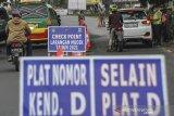 Petugas kepolisian memeriksa kelengkapan surat pengendara di posko penyekatan arus balik di perbatasan Kabupaten Bandung dan Kota Bandung di Cibiru, Bandung, Jawa Barat, Senin (17/5/2021). Posko penyekatan Cibiru telah memutarbalikan sebanyak 683 kendaraan roda dua dan 73 roda dua sejak diberlakukannya larangan mudik pada 6 Mei 2021. ANTARA JABAR/Raisan Al Farisi/agr