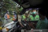 Petugas memeriksa kelengkapan surat pengendara di posko penyekatan arus balik di perbatasan Kabupaten Bandung dan Kota Bandung di Cibiru, Bandung, Jawa Barat, Senin (17/5/2021). Posko penyekatan Cibiru telah memutarbalikan sebanyak 683 kendaraan roda dua dan 73 roda dua sejak diberlakukannya larangan mudik pada 6 Mei 2021. ANTARA JABAR/Raisan Al Farisi/agr