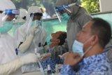 Petugas medis melakukan tes usap antigen kepada pegawai di lingkungan Pemkab Kediri, Jawa Timur, Senin (17/5/2021). Tes usap antigen di hari pertama masuk kerja usai libur Idul Fitri 1442 H tersebut guna menangkal penyebaran COVID-19 di lingkungan perkantoran pemerintah daerah setempat. Antara Jatim/Prasetia Fauzani/zk