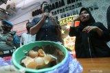 Polisi memperlihatkan telur ayam yang diduga palsu saat rilis di Polres Kediri Kota, Kota Kediri, Jawa Timur, Selasa (18/5/2021). Berdasarkan uji lab Dinas Ketahanan Pangan dan Pertanian telur ayam yang sebelumnya viral di media sosial karena memiliki isi seperti gel dengan lapisan dalam cangkang seperti kertas tersebut dinyatakan asli dan murni terjadi karena kesalahan penyimpanan. Antara Jatim/Prasetia Fauzani/zk