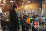 Marinir TNI AL  bantu urai kerumunan massa di Makassar