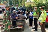 Gunakan mobil bak terbuka angkut penumpang, petugas gabungan Pospam KLU berikan teguran keras