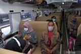 Penumpang berada di dalam Kereta Api (KA) saat transit di Stasiun KA Madiun, Jawa Timur, Selasa (18/5/2021). Pada hari pertama setelah berakhirnya larangan mudik lebaran, jumlah calon penumpang di stasiun KA tersebut mengalami lonjakan dari rata-rata calon penumpang yang mendapatkan layanan tes deteksi COVID-19 metode GeNose C19 dan tes cepat Antigen COVID-19 sebelumnya lima hingga 10 penumpang per hari naik menjadi sekitar 450 orang pada Selasa (18/5) hingga tengah hari. Antara Jatim/Siswowidodo/zk