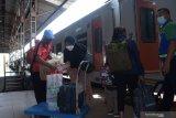 Calon penumpang bersiap naik Kereta Api (KA) di Stasiun KA Madiun, Jawa Timur, Selasa (18/5/2021). Pada hari pertama setelah berakhirnya larangan mudik lebaran, jumlah calon penumpang di stasiun KA tersebut mengalami lonjakan dari rata-rata calon penumpang yang mendapatkan layanan tes deteksi COVID-19 metode GeNose C19 dan tes cepat Antigen COVID-19 sebelumnya lima hingga 10 penumpang per hari naik menjadi sekitar 450 orang pada Selasa (18/5) hingga tengah hari. Antara Jatim/Siswowidodo/zk