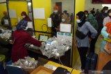 Petugas melayani tes deteksi COVID-19 metode GeNose C19 pada calon penumpang Kereta Api (KA) di Stasiun KA Madiun, Jawa Timur, Selasa (18/5/2021). Berdasarkan data di PT KAI Daerah Operasi 7 Madiun, jumlah permintaan layanan tes deteksi COVID-19 bagi calon penumpang KA di Stasiun KA Madiun mengalami peningkatan dibanding saat pelarangan mudik lebaran dari rata-rata lima hingga 10 orang menjadi sekitar 450 orang pada Selasa (18/5) hingga tengah hari dengan persentase 90 persen metode GeNose C19 dan 10 persen tes usap Antigen. Antara Jatim/Siswowidodo/zk