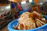 Pekerja menggoreng keripik tempe untuk dijual sebagai oleh-oleh dan diekspor ke Hongkong di Sukun, Malang, Jawa Timur, Selasa (18/5/2021). Sepinya pasar domestik akibat larangan mudik lebaran membuat pengusaha keripik tempe setempat mengurangi produksi dari 800 kilogram menjadi 400 kilogram per hari serta mengandalkan pasar ekspor yang relatif lebih stabil. Antara Jatim/Ari Bowo Sucipto/zk