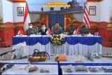 Panglima Komando Armada II Laksamana Muda TNI Iwan Isnurwanto (tengah) dan Atase Pertahanan Tiongkok di Jakarta Senior Colonel Chen Yongjing (kiri) menunjukkan barang-barang yang merupakan bagian dari KRI Nanggala 402 saat konferensi pers di Pangkalan TNI AL Denpasar, Bali, Selasa (18/5/2021). Operasi salvage yang terus dilakukan TNI AL dibantu militer China hingga saat ini telah berhasil mengangkat sejumlah barang-barang dan komponen KRI Nanggala 402 yang tenggelam di perairan utara Bali. ANTARA FOTO/Fikri Yusuf/nym.