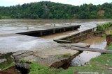 Pelapis tebing TPI Mukomuko Bengkulu runtuh akibat hujan lebat