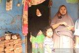 Hindari banjir, wanita hamil sembilan bulan panjat genting