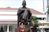 Gubernur Lemhanas Letjen TNI (purn) Agus Widjojo (kanan) bersama Presiden RI ke-5 Megawati Soekarnoputri berbincang di depan patung Bung Karno usai diresmikan di halaman Gedung Lembaga Ketahanan Nasional (Lemhanas), Jakarta, Kamis (20/5/2021). Patung Bung Karno yang ukurannya mencapai empat meter itu diresmikan Megawati Soekarnoputri bertepatan dengan Hari Ulang Tahun (HUT) ke-56 Lemhanas. ANTARA FOTO/Hafidz Mubarak A/nym.