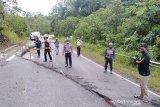 Jalan nasional ini retak, apa penyebabnya?