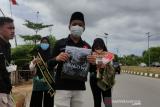 Warga Tanjungpinang bahagia dapat kaos Presiden Joko Widodo