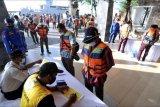 Sejumlah Anak Buah Kapal (ABK) KM Bandar Nelayan 188 melengkapi dokumen kesehatan setibanya di Pelabuhan Benoa, Denpasar, Bali, Jumat (21/5/2021). Sebanyak 19 orang WNI ABK KM Bandar Nelayan 188 yang berhasil diselamatkan setelah mengalami kecelakaan kapal pada Jumat (14/5) lalu di perairan sebelah barat Australia, menjalani proses repatriasi ke Indonesia dengan diangkut Kapal Angkatan Laut Australia HMAS Anzac. ANTARA FOTO/Fikri Yusuf/nym.
