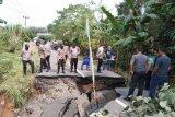 Jalan penghubung Kabupaten OKU-OI putus akibat longsor