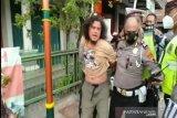 Tak terima terkena razia masker, pria ini uring-uringan dan pukul petugas