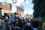 Oknum kadus diduga tawarkan miras, warga demo kantor Desa Pengenjek Loteng
